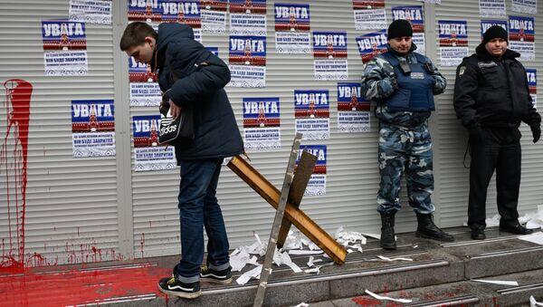 Представитель и сотрудники охраны радикальной националистической организации Национальный корпус во время акции протеста у филиала Сбербанка России в Киеве