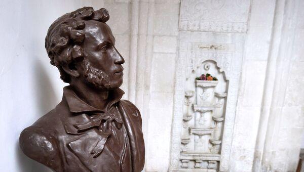 Бюст поэта Александра Пушкина у фонтана в Ханском дворце
