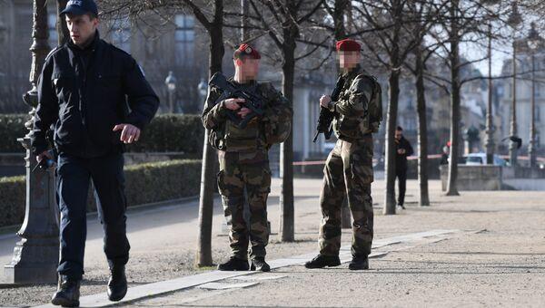 Сотрудники полиции и военные возле здания Лувра в Париже, Франция. 3 февраля 2017