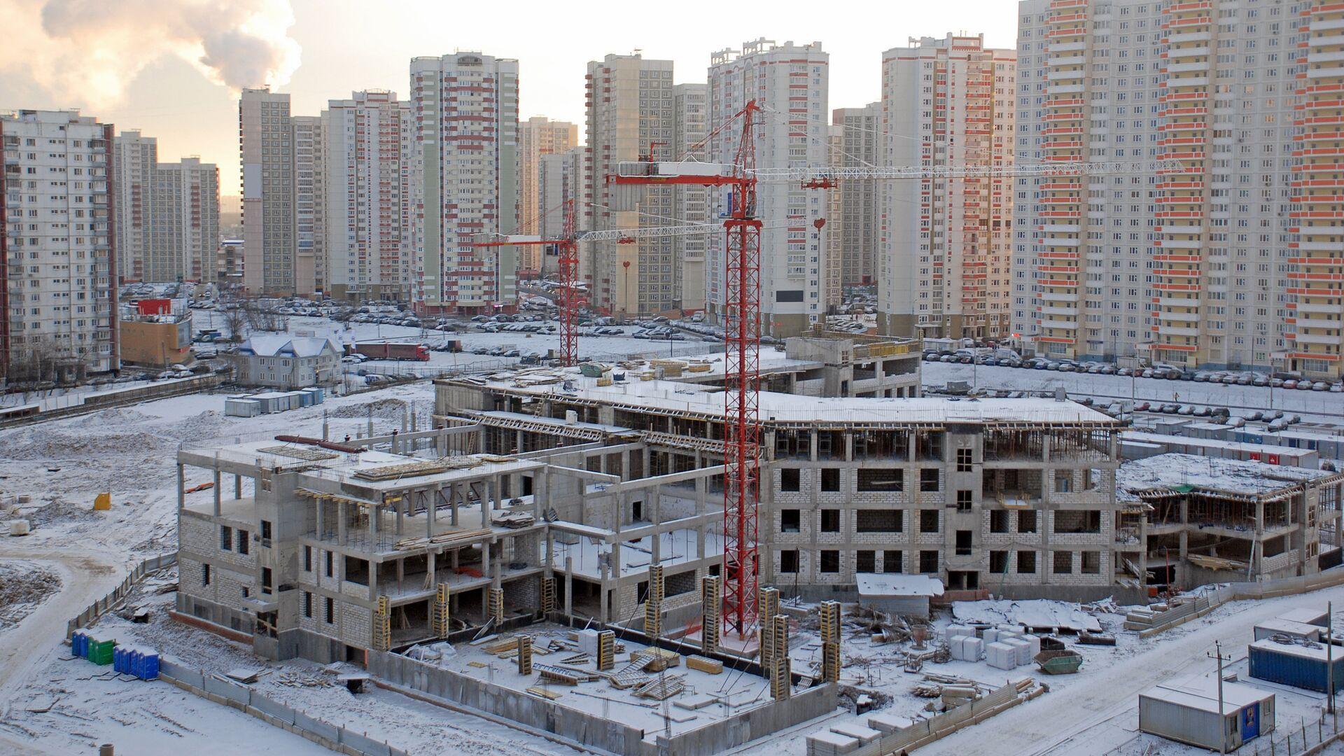 Строительство здания новой школы в зимний день  - РИА Новости, 1920, 09.02.2021