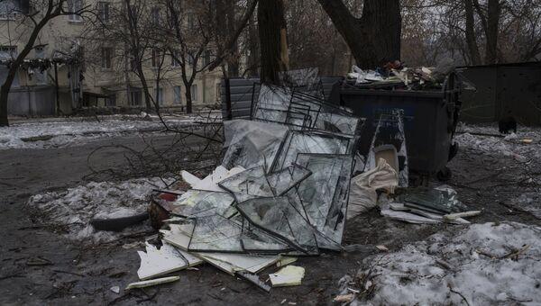 Разбитые в результате обстрелов оконные стекла на свалке в Киевском районе Донецка. Архивное фото