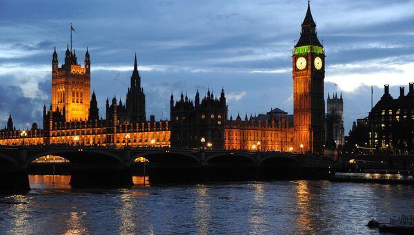 Вид на Вестминстерский дворец и Часовую башню с часами Биг-Бен в Лондоне. Архивное фото