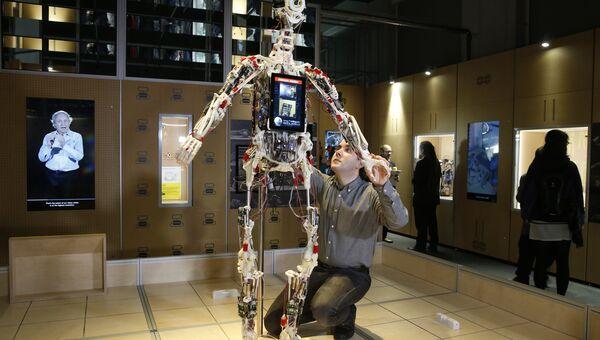 Техник регулирует робота в Музее науки в Лондоне
