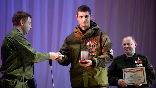 Глава Донецкой народной республики Александр Захарченко вручает звезду Героя ополченцу ДНР с позывным Гиви . Архивное фото