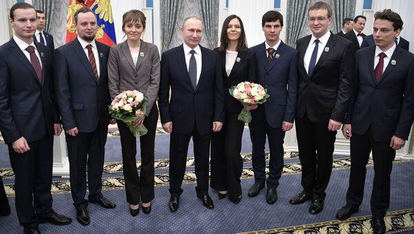 Владимир Путин с лауреатами на церемонии вручения премий президента РФ в области науки и инноваций для молодых ученых. 8 февраля 2017