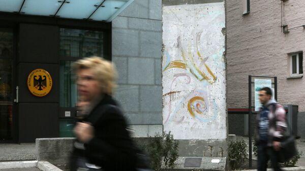 Фрагмент Берлинской стены у здания посольства ФРГ в Киеве. Архивное фото