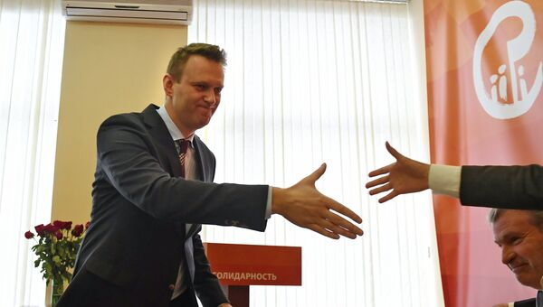Политик Алексей Навальный (слева) на съезде объединенного демократического движения Солидарность