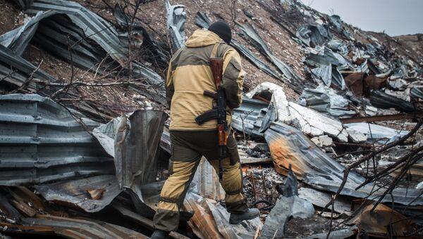 Ополченец ДНР на территории уничтоженного склада боеприпасов украинских силовиков. Архивное фото