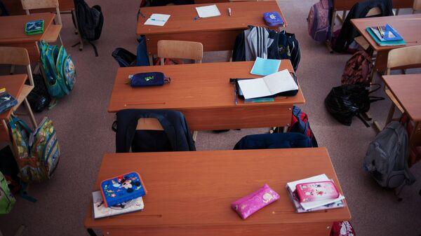 Пустые парты в школьном классе