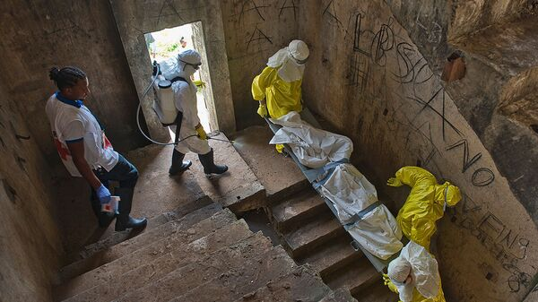 Медики транспортируют тело жертвы лихорадки Эбола