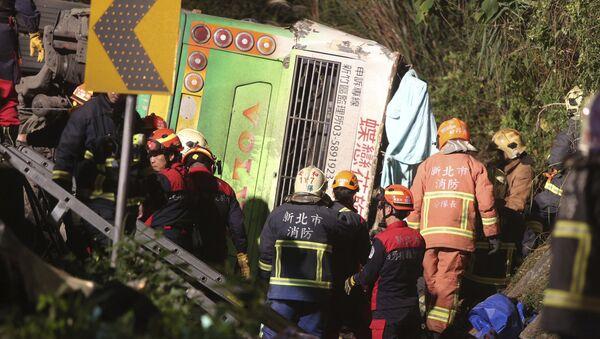 Спасатели на месте опрокидывания экскурсионного автобуса на острове Тайвань. 13 февраля 2017
