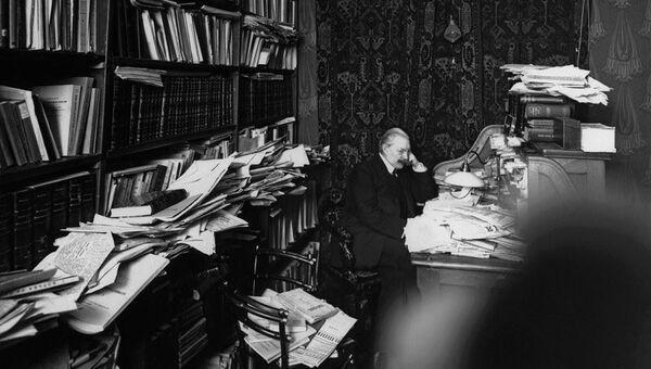 Павел Милюков дома в своем кабинете