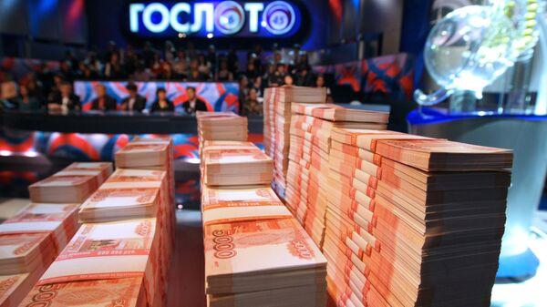 Пачки денег во время розыгрыша первого тиража Гослото 6 из 45. Архивное фото