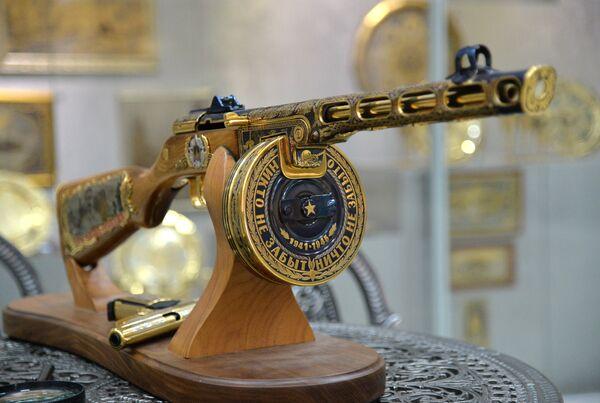 Один из образцов подарочного и наградного оружия для министерства обороны РФ Златоустовской оружейной фабрики