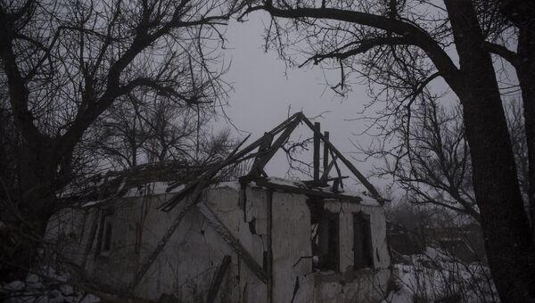 Разрушенный дом в селе Веселое Донецкой области. Архивное фото