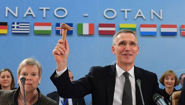 Генеральный секретарь НАТО Йенс Столтенберг на встрече министров обороны стран НАТО в Брюсселе, архивное фото