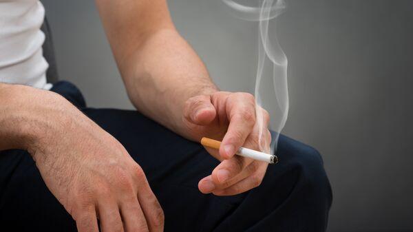 Мужчина с сигаретой. Архивное фото