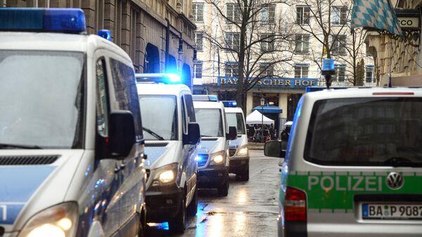 Автомобили спецслужб у отеля Байеришер Хоф, где проходит Мюнхенская конференция по безопасности