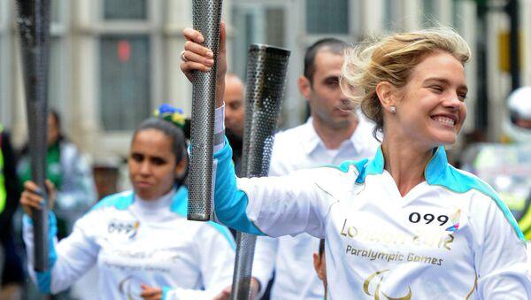 Посол Олимпийских игр-2014 топ-модель Наталья Водянова принимает участие в эстафете огня Паралимпийских игр 2012 года в Лондоне