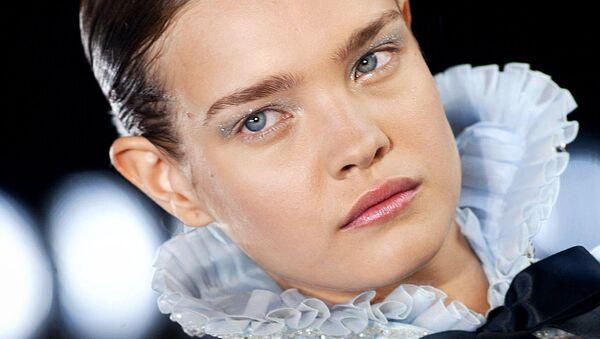 Модель Наталья Водянова представляет коллекцию Карла Лагерфельда для Шанель во время показа осень-зима 2003-2004 в Париже