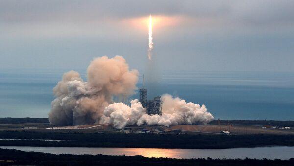Ракета-носитель Falcon 9 с космическим кораблем Dragon после старта с мыса Канаверал, штат Флорида, США. 19 февраля 2017