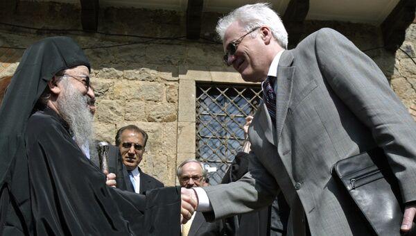 Архиепископ Артемий и постоянный представитель России при ООН Виталий Чуркин во время посещения монастыря Грачаница