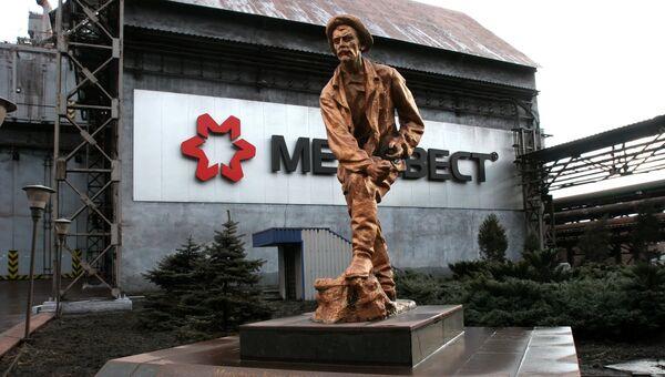 Памятник металлургу Михаилу Курако перед доменным цехом Енакиевского металлургического завода в Донецкой области. Архивное фото