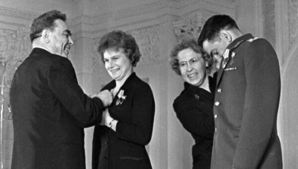 Председатель Президиума Верховного Совета СССР Леонид Ильич Брежнев вручает правительственные награды летчикам-космонавтам Валентине Терешковой и Валерию Быковскому