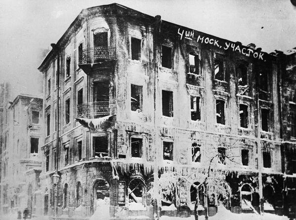 Сожженное здание 4-го полицейского участка в Петрограде в феврале 1917 года