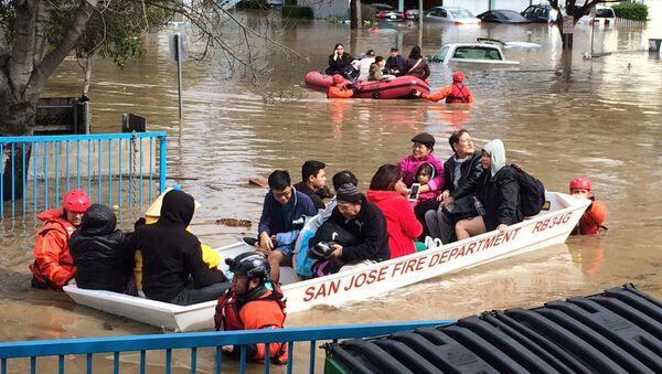 Эвакуация людей в Сан-Хосе, штат Калифорния. 21 февраля 2017