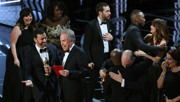 Джимми Киммел и Уоррен Битти после того, как организаторы Оскара сообщили, что ошибочно назвали лучшим фильмом Ла-ла-ленд