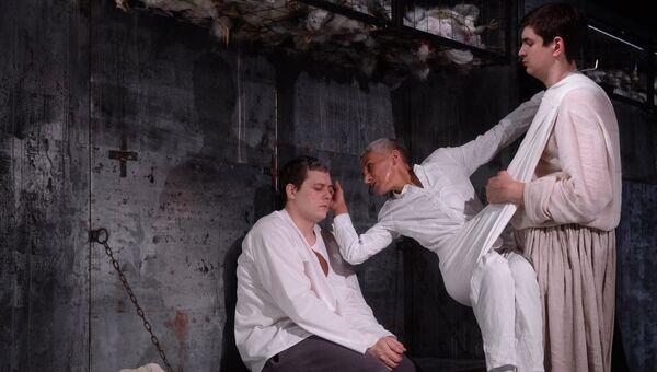 Сцена из спектакля Вий в театре под руководством Олега Табакова