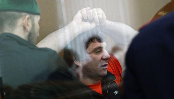 Темирлан Эскерханов (в центре), обвиняемый в организации и совершении убийства политика Бориса Немцова, на заседании по делу об убийстве Бориса Немцова в Московском окружном военном суде. Архивное фото