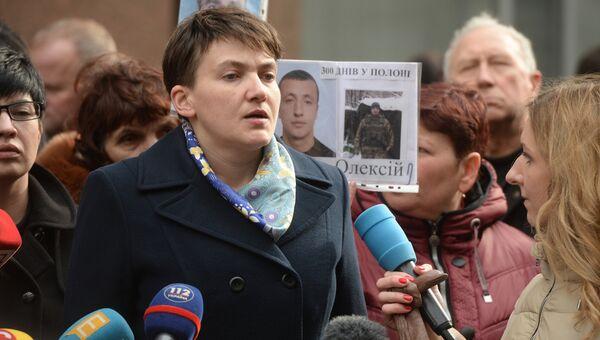 Надежда Савченко во время брифинга на Софийской площади в Киеве
