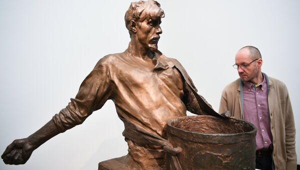 Посетитель у скульптуры И.Д. Шадра Сеятель на выставке Мужики и бабы в Третьяковской галерее на Крымском Валу в Москве