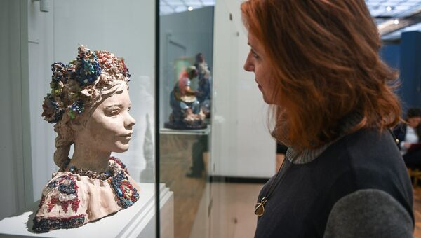 Девушка у скульптуры Е.Ф. Белашовой Шурка на выставке Мужики и бабы в Третьяковской галерее на Крымском Валу в Москве