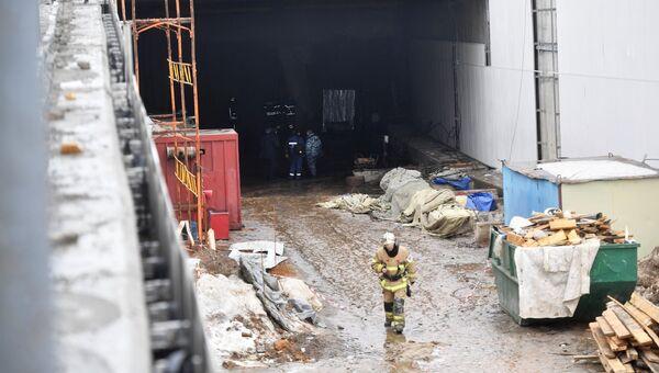 Сотрудники оперативных служб на месте ЧП около обрушившегося тоннеля на Калужском шоссе в Новой Москве