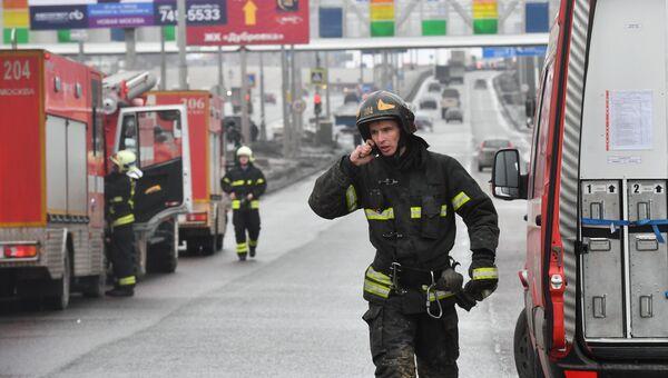 Пожарные на Калужском шоссе в Новой Москве, где обрушился строящийся тоннель