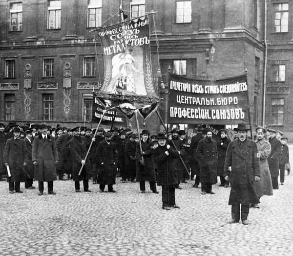 Демонстрация рабочих на улицах революционного Петрограда. 1917 год
