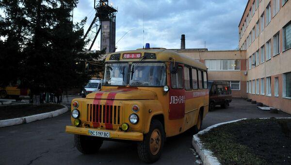 Аварийные службы у здания шахты Степная во Львовской области, где произошла авария