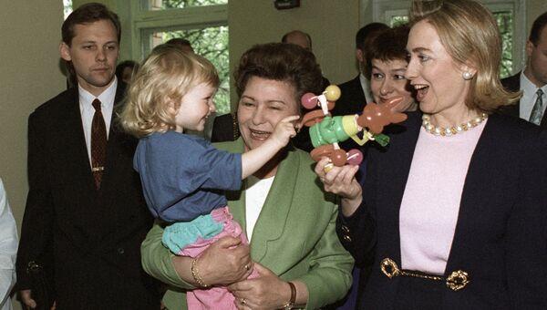 Супруга Президента РФ Наина Ельцина и супруга Президента США Хиллари Клинтон во время посещения детской клиники в рамках Женской программы