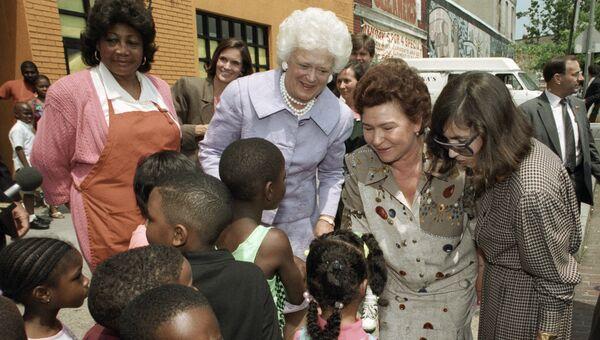 Супруги президентов России и США Наина Ельцина и Барбара Буш во время посещения приюта для детей-сирот
