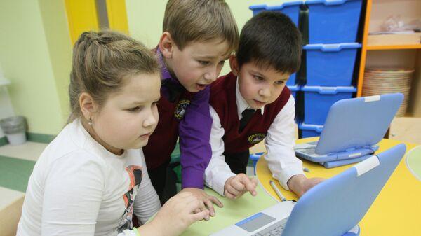 Младшие школьники за компьютером