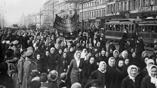 Демонстрация женщин, требующих избирательных прав и увеличения пайка семьям солдат. Петроград. 1917 го