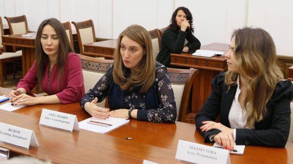 Анна Анцелиович (в центре)