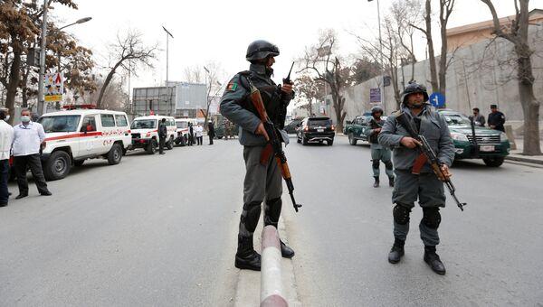 Афганские полицейские недалеко от места взрыва в Кабуле. 8 марта 2017 года