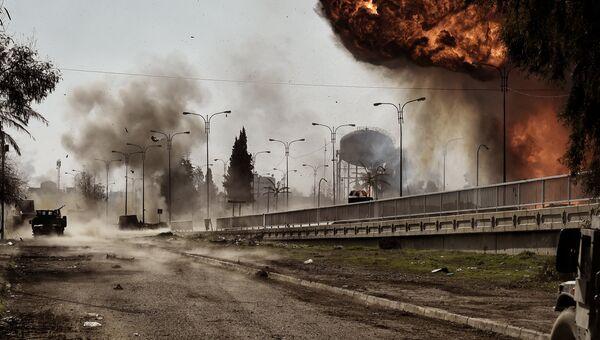 Взрыв бомбы после взрыва автомобиля в Мосуле. Архивное фото