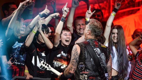 Лидер американской группы Metallica Джеймс Хэтфилд во время концерта в спорткомплексе Олимпийский в Москве