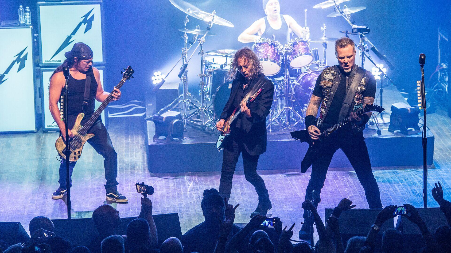 Участники группы Metallica Роберт Трухильо, Ларс Ульрих, Кирк Хэммет, и Джеймс Хэтфилд выступают в клубе Webster Hall в Нью-Йорке - РИА Новости, 1920, 25.11.2020
