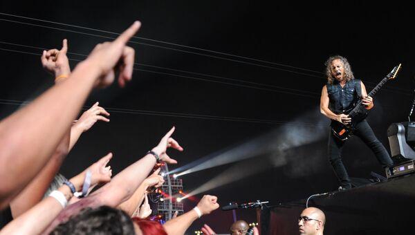 Гитарист группы Metallica Кирк Хэммет выступает на второй день рок-фестиваля Rock in Rio в Бразилии